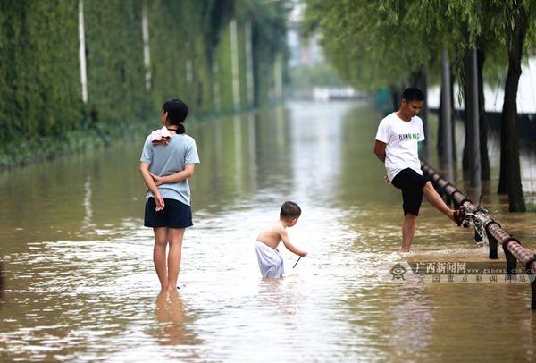 柳州6月10日迎来79.59米洪峰 洪水漫上滨江西路