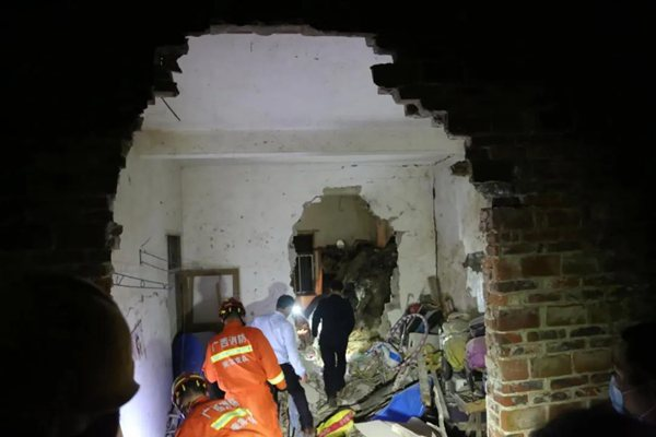 武宣一民房被巨石砸穿