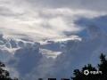 """中国天气网广西站讯 7月12日17时左右,来宾城区天气突变,整个城市上空被黑云笼罩,大有山雨欲来之势。半小时后,天空出现一片美丽的""""七彩祥云""""。据气象工作者解释,这是由于雨后大气富含水分,阳光折射所产生的一种大气现象。(图文/王莹)"""