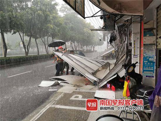 南宁一广告牌突然倒塌 砸中两名躲雨女子