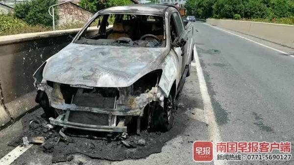 皮卡车在南宁一立交桥上自燃
