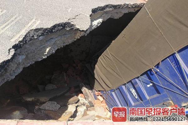 北海路面坍塌形成大坑