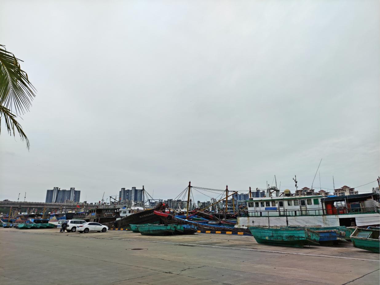 图为三沙市永兴岛西渔码头渔船、冲锋舟全部吊装上岸 摄影/李翔