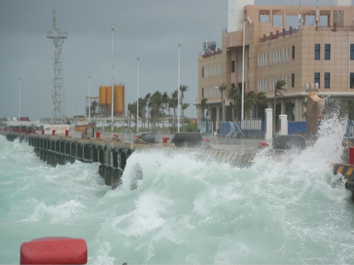"""今年第17号台风""""沙德尔""""来袭 来感受下海南三沙永兴岛的大浪涌动"""
