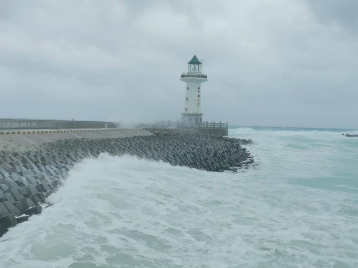 图为海浪涌上拍打着沿岸。摄/周宇