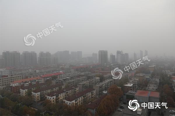 河北雪后大雾高速受阻 大风降温