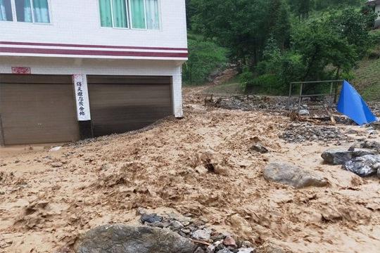 四川万源遭入汛最强降雨 洪水内涝滑坡齐发