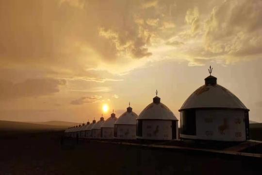 雨后夕阳下 金色的黑山头古城