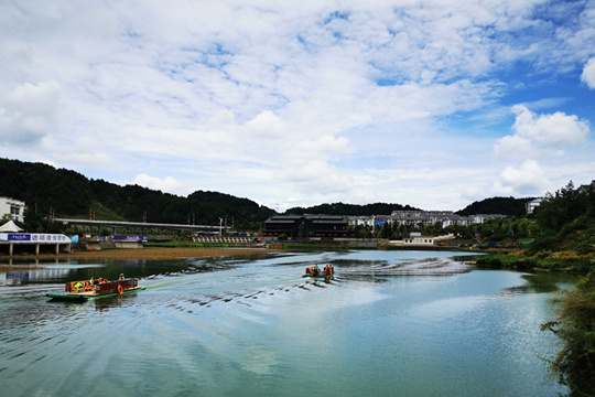 久雨逢晴!贵州丹寨万达小镇蓝天白云迎八方游客