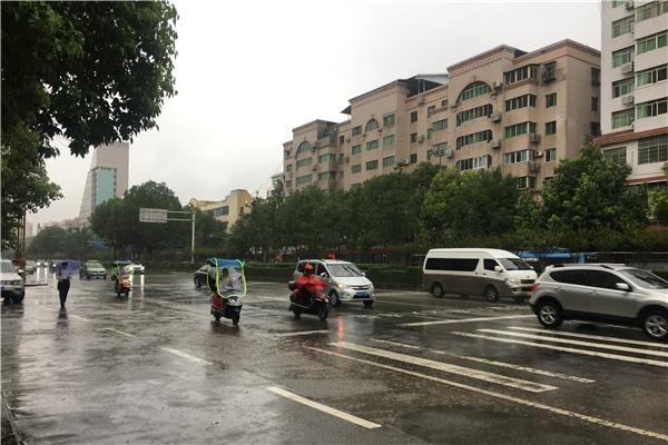 四川广元暴雨来袭  今天白天仍有中到大雨