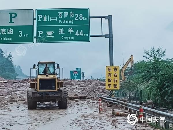 雅西高速发生泥石流造成道路中断