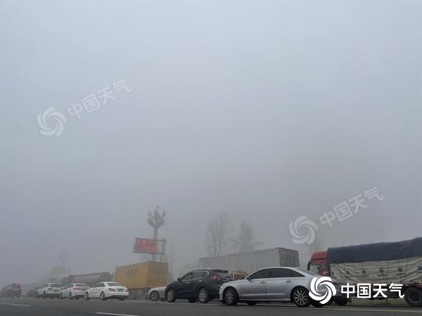 大雾锁城 出行受阻