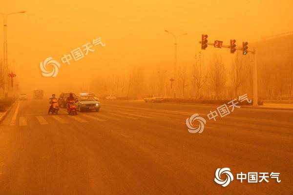 东疆南疆遭遇今年最强沙尘大风,喀什升级为沙尘暴橙色预警
