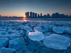 哈尔滨冰雪大世界残冰扮靓松花江畔