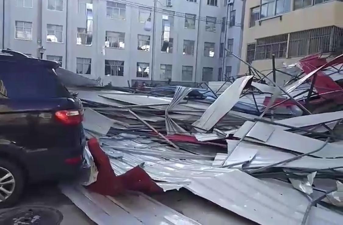 大风掀飞楼顶 十辆车被砸