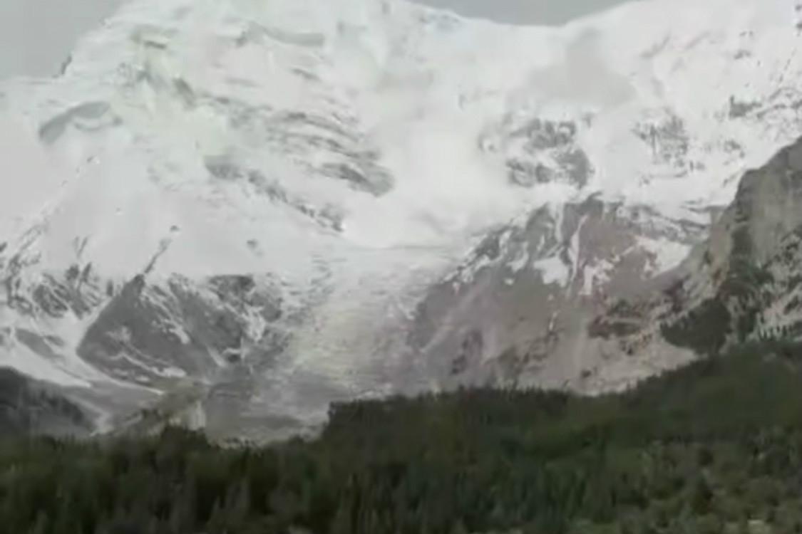 震撼!新疆奥依塔格森林公园现雪崩