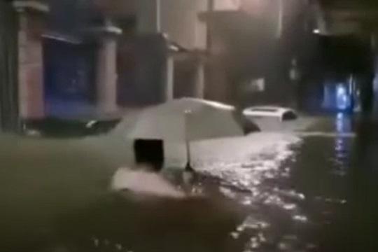 强降水来袭广州多地出现水浸