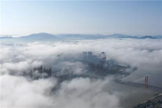 大雾笼罩吉林 航拍城区宛如仙境