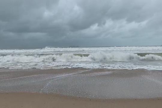 """台风""""莫拉菲""""影响海南 风大雨强"""