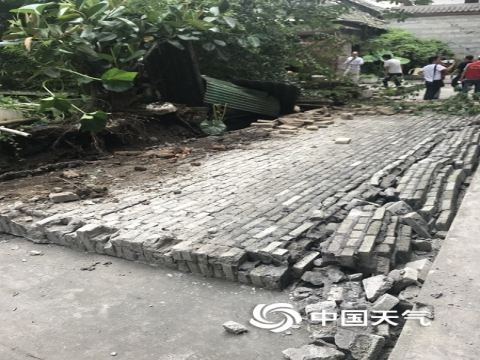 震后四川宜宾市长宁县双河镇双河中学树倒房塌