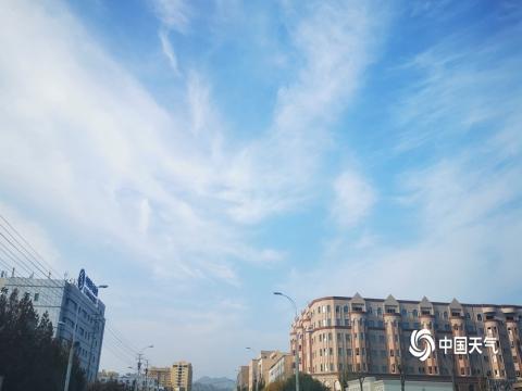 新疆阿图什碧空流云 宁静悠远