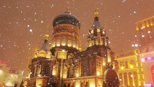 """哈尔滨:雪中的索菲亚教堂美如""""童话世界"""""""