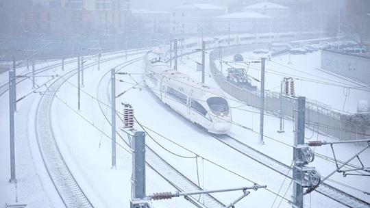 哈尔滨迎明显降雪 环卫工人清雪忙