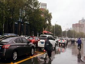 天津:乌云压顶 雷雨倾盆