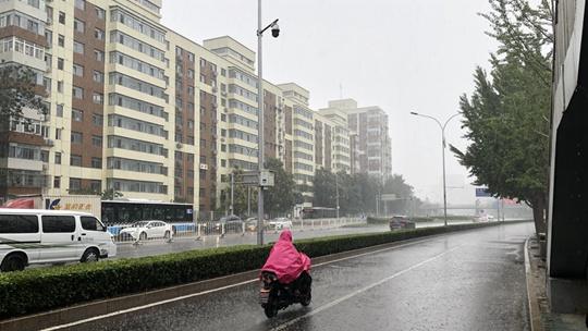 """北京雨水再""""上线"""" 路面湿滑"""