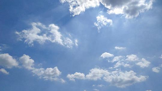 陕西宝鸡雨后天蓝如洗 白云悠悠