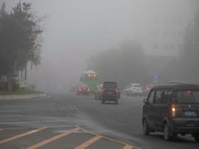 今晨雾锁吉林省吉林市 能见度较低建筑物若隐若现
