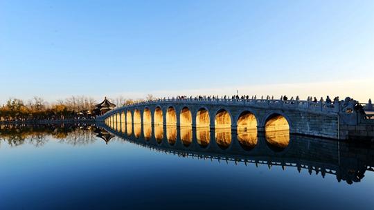 """北京颐和园现""""金光穿洞""""光影奇景"""
