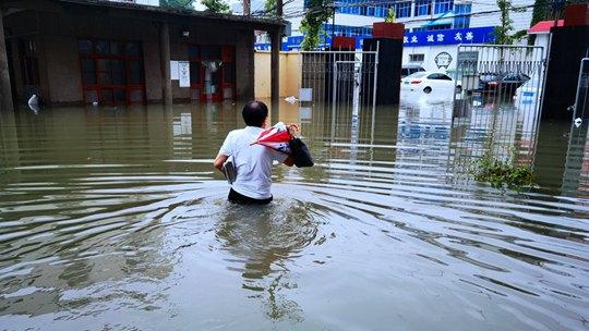 组图看河南气象人暴雨中的坚守