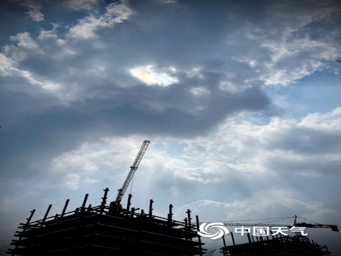 双重美景 北京天空现云隙光+日华景象