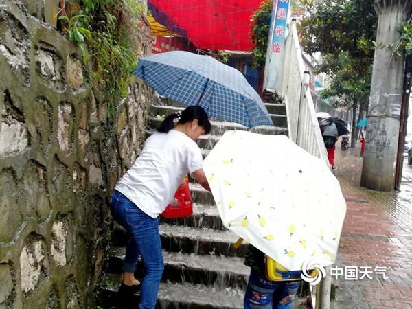 明起南方新一轮强降雨展开 暴雨横扫【6省区市】【核对20-21日降水公报,数南方暴雨或大暴雨的个数,如果没有市或区,就去掉。】