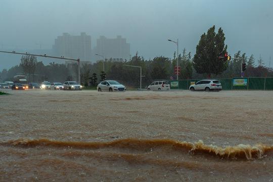 河南郑州遭遇罕见强降雨