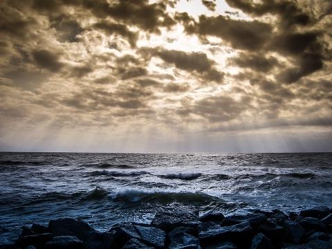海上船只遭遇台风怎么逃生